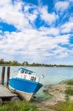 Boot op de rivier in de zomer wordt vastgelegd die royalty-vrije stock foto
