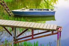 Boot op de rivier in de zomer wordt vastgelegd die royalty-vrije stock foto's