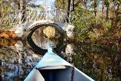 Boot op de rivierrubriek naar mooie, romantische brug Stock Afbeeldingen