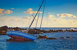Boot op de rotsen Royalty-vrije Stock Foto's