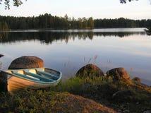 Boot op de Waterkant Stock Afbeeldingen