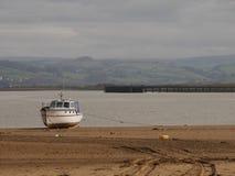 Boot op Devon Beach wordt vastgelegd dat stock foto's