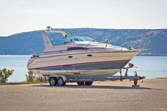 Boot op een aanhangwagen door het overzees royalty-vrije stock afbeelding