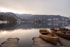 Boot op een meer met eiland Stock Foto