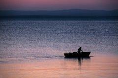 Boot op een colorfulloverzees stock foto's