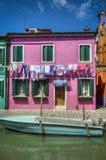 Boot op kanaal, Burano, Italië Stock Foto's