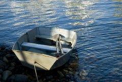 Boot op een Kust Stock Afbeeldingen