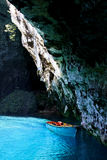 Boot op een ondergronds turkoois meer Stock Afbeelding