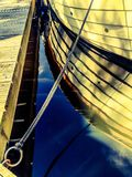 Boot op een pijler wordt vastgelegd die stock foto