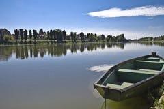 Boot op een rivierkupa Stock Afbeeldingen