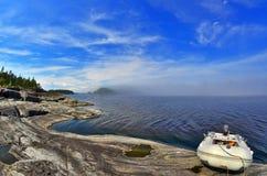 Boot op een steeneiland Stock Fotografie