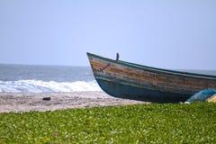 Boot op een strand stock afbeeldingen