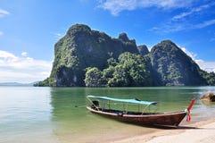 Boot op eilandkust in Phuket, Thailand stock foto's