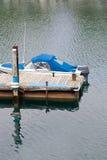 Boot op eind van het dok stock afbeeldingen