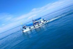 Boot op het blauwe overzees Stock Afbeelding