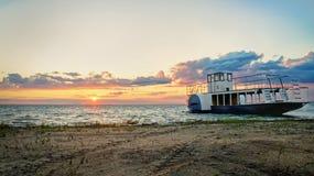 Boot op het dok, zonsondergang op zee Stock Afbeelding
