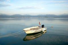 Boot op het meer Royalty-vrije Stock Afbeeldingen