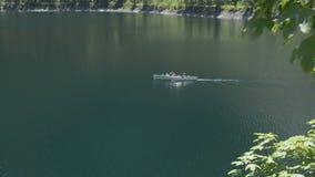 Boot op het meer in de Alpen stock footage