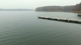Boot op het Meer in de herfstbos stock videobeelden