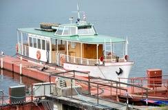 Boot op het meer in haven Stock Fotografie