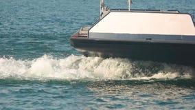 Boot op het meer, langzaam-mo stock footage