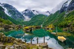 Boot op het meer op een achtergrond van bergen en gletsjer Norwa Stock Fotografie