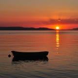 Boot op het overzees bij zonsondergang Royalty-vrije Stock Afbeelding