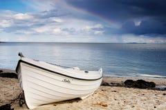 Boot op het strand Stock Foto's
