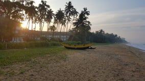 Boot op het strand bij zonsopgang royalty-vrije stock afbeelding