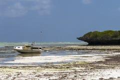 boot op het strand van Zanzibar Stock Foto