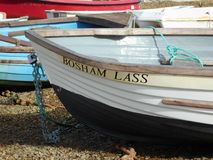 Boot op het strand wordt vastgelegd dat stock afbeeldingen