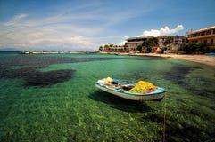 Boot op het strand wordt vastgelegd dat Royalty-vrije Stock Foto's