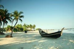 Boot op het tropische Strand Stock Afbeelding