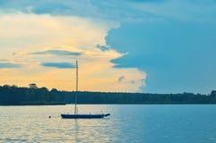 Boot op het water Royalty-vrije Stock Afbeeldingen