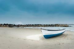 Boot op het zandige strand Stock Foto