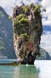 Boot op James Bond-eilandoverzees in Phuket, Thailand stock foto's