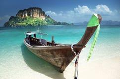 Boot op klein eiland in Thailand royalty-vrije stock foto's