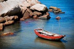 Boot op kust Stock Foto's