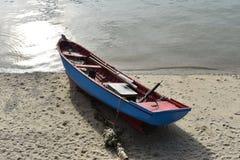 Boot op kust Royalty-vrije Stock Fotografie