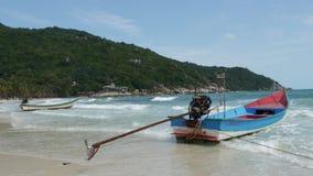 Boot op kust die dichtbij overzees golven Traditionele die boot op zandige kust dichtbij prachtige golvende overzees op zonnige d stock video