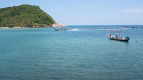 Boot op kust die dichtbij overzees golven Traditionele boot op zonnige dag op tropisch exotisch Koh Phangan, Thailand Paradise Ko stock footage