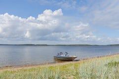 Boot op kust van een overzeese golf stock foto's