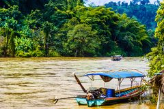 Boot op Mae Nam Kok-rivier door Chiang Rai - Thailand stock fotografie