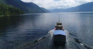 Boot op Meer Teletskoye, Altai stock video