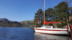 Boot op meer wordt verankerd dat ullswater Stock Afbeeldingen