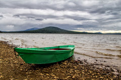 Boot op meerkust royalty-vrije stock fotografie