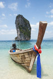Boot op mooi strand in Thailand Royalty-vrije Stock Foto's