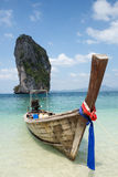 Boot op mooi strand in Thailand Stock Afbeelding