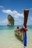 Boot op mooi strand in Thailand stock foto