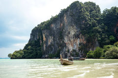 Boot op mooi strand in Thailand Stock Foto's